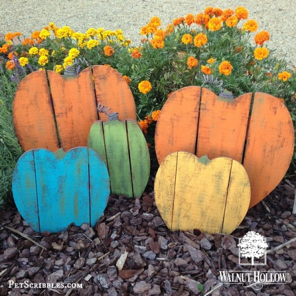 Rustic Painted Wood Pallet Pumpkins! Using inexpensive pre-made wood shapes makes these easy-peasy fun to paint!