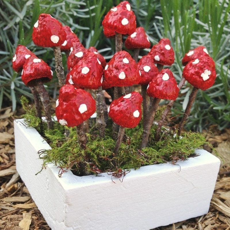 How to make charming fairy garden mushrooms from acorns and twigs!